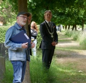 Oude Begraafplaats Gouda met Koos Massar en burgemeester Pieter Verhoeve